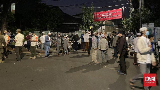 Jenazah ulama Ali bin Abdurrahman Assegaf tiba di rumah duka yang berlokasi di Tebet, Jakarta Selatan, Jumat (15/1) malam.