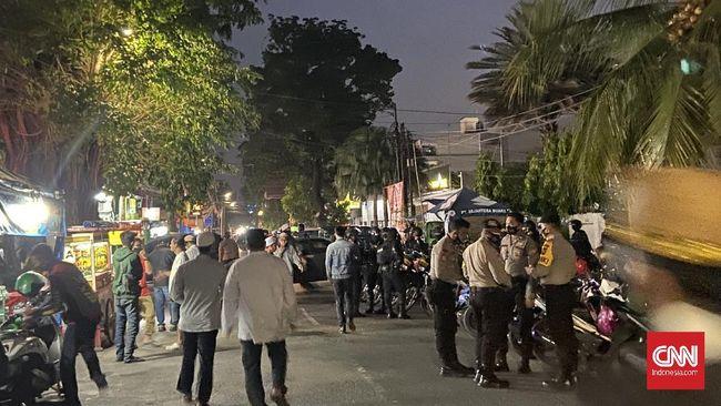 Lalu lintas di Jalan Tebet Utara Dalam dan Tebet Raya, Jaksel terpantau padat oleh pelayat setelah mendengar kabar Ali bin Abdurrahman Assegaf meninggal.