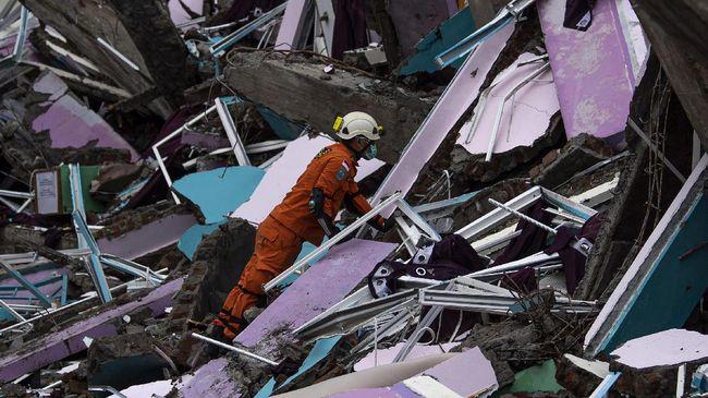 Korban meninggal akibat gempa di Sulbar per Sabtu (16/1) malam mencapai 49 orang atau bertambah 3 korban sejak sore tadi.