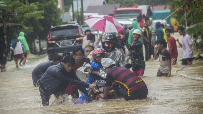 Hujan deras membuat ruas Jalan Gubernur Syarkawi, penghubung Kalsel dan Kalteng, berbahaya untuk dilintasi truk pengangkut bahan pokok dan BBM.
