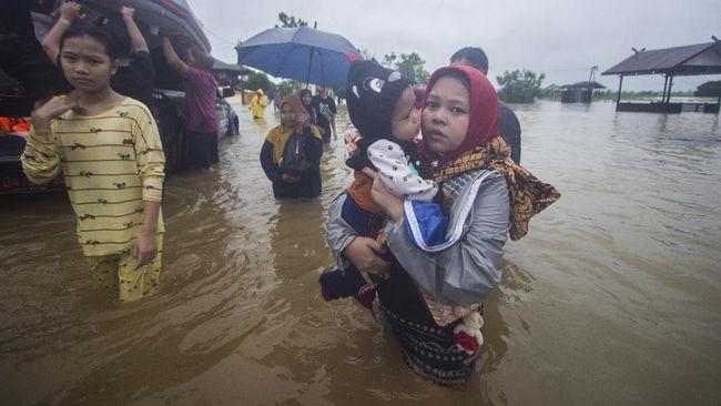 Banjir air pasang dengan ketinggian hingga dua meter di Kalimantan Selatan telah menyapu dua kecamatan.