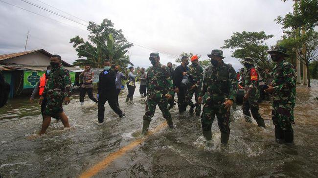 Sebanyak 1.053 prajurit TNI dari berbagai satuan diterjunkan untuk membantu warga korban banjir di Kalimanten Selatan.