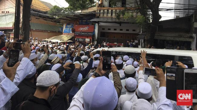 Pelayat yang memadati kawasan pemakaman di TPU Rawajati, Pancoran mulai meninggalkan lokasiusai Ali bin Abdurrahman Assegaf dimakamkan.