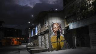 FOTO: Menggores Mural, Memberi Warna untuk Caracas yang Muram