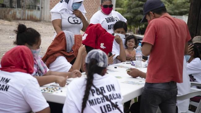 Aksi kekerasan oleh geng dan kartel narkoba memaksa perempuan di El Terrero, Meksiko, angkat senjata untuk melindungi keluarga.