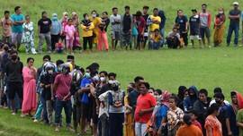 FOTO: Asa Korban Gempa Mamuju Antre Mendapat Bantuan