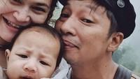 <p>3. Dengan wajah lucunya, banyak orang yang bingung menilai wajah baby Curtis, lebih mirip Sabai Morscheck atau Ringgo Agus ya?(Foto: Instagram @sabaidieter & @ringgoagus)</p>