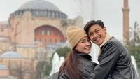 <p>Felicya Angelista dan Caesar Hito juga menyempatkan diri berkunjung ke tempat bersejarah seperti Hagia Sophia. Dengan jaket kulit hitam, mereka tampak menikmati musim dingin yang tengah menyelimuti negara tersebut.(Foto: Instagram @hitocaesar)</p>