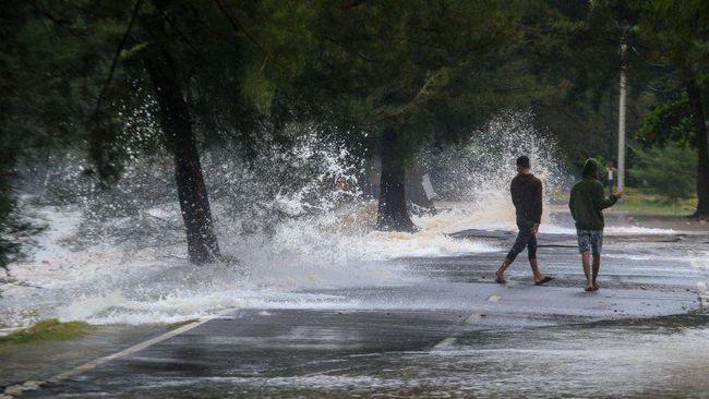 BPBD Banten sudah menyampaikan peringatan dini kepada pengelola wisata di pesisir selatan Lebak agar meningkatkan kewaspadaan cuaca buruk.