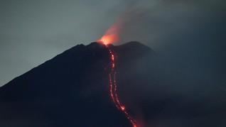 FOTO: Batuk Gunung Semeru Muntahkan Awan Panas Sejauh 4,5 Km