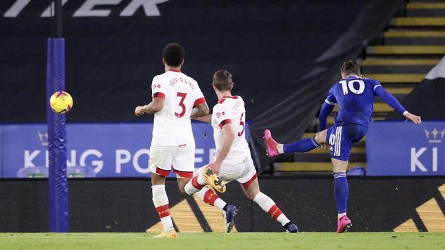 Leicester City sukses meraih tiga poin kala menjamu Southampton. kemenangan  itu mengantarkan Leicester menggusur Liverpool di papan klasemen.