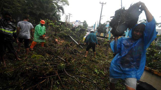 Dua orang meninggal karena longsor dan satu menjadi korban meninggal saat terjadi banjir di Manado, Sulawesi Utara.