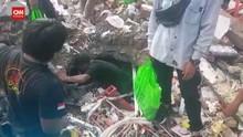 VIDEO: Warga Mamuju Cari Makanan di Bawah Reruntuhan Toserba