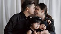 <p>Enggak cuma berdua, kini mereka lakukan sesi foto keluarga lengkap dengan kedua anak-anaknya, Nastusha Olivia Alinskie dan Dante Oliver Alinskie.(Foto: Instagram @juniapics)</p>