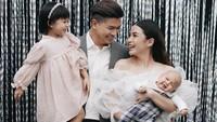 <p>Meski dalam beberapa potret baby Dante terlihat rewel, keluarga kecil ini tetap menunjukkan ekspresi bahagia mereka.(Foto: Instagram @chelseaolivia)</p>