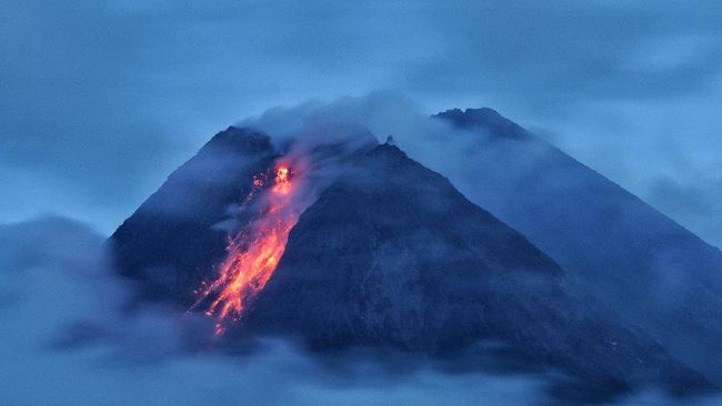 Gunung Merapi meluncurkan awan panas sebanyak tiga kali dan lava pijar yang menyembur sejak pukul 00.00-06.00, Rabu (20/1).