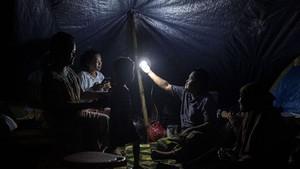 FOTO: Korban Gempa Sulbar Bertahan di Pengungsian