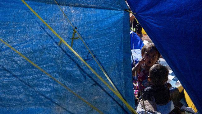 Satu keluarga pengungsi korban gempa Sulawesi Barat diisolasi setelah hasil tes antigen menunjukkan reaktif covid-19.