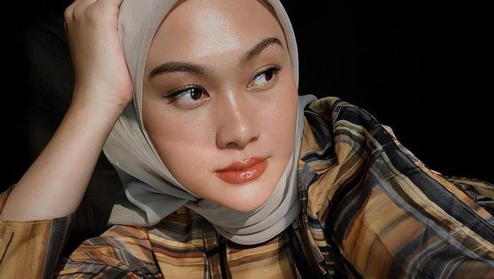 Gaya Hijab Simpel ala Indah Nada Puspita yang Kece buat OOTD
