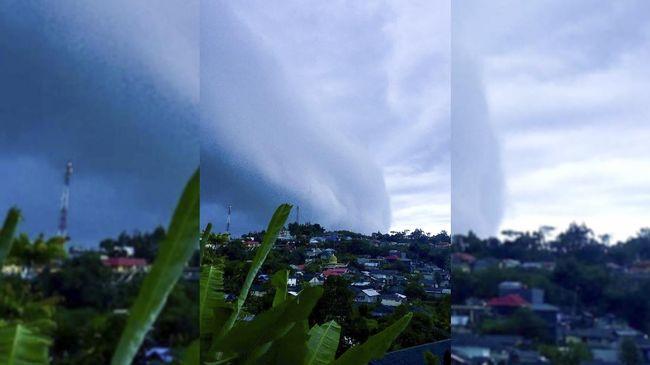 BMKG memperingatkan warga waspada dengan kemunculan awan cumulonimbus di Ambon karena berpotensi mengakibatkan banjir dan longsor.