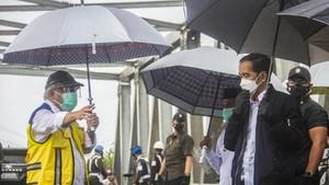 FOTO: Jokowi Terjang Banjir di Kalsel, Tinjau Pengungsi