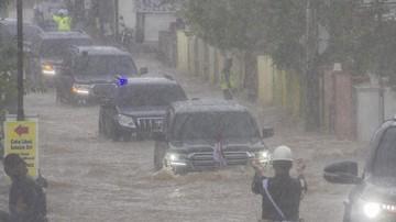 Banjir Kalsel merendam kendaraan setinggi ban mobil saat Presiden Jokowi bersama jajarannya meninjau lokasi banjir di Kabupaten Banjar, Senin (18/1).
