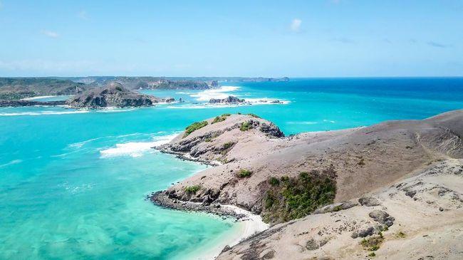 Pantai Tanjung Aan di Mandalika, Nusa Tenggara Barat, punya keunikan berupa dua jenis pasir dalam satu area.