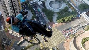 FOTO: Pendaki Disabilitas Hong kong Taklukan Menara 250 Meter