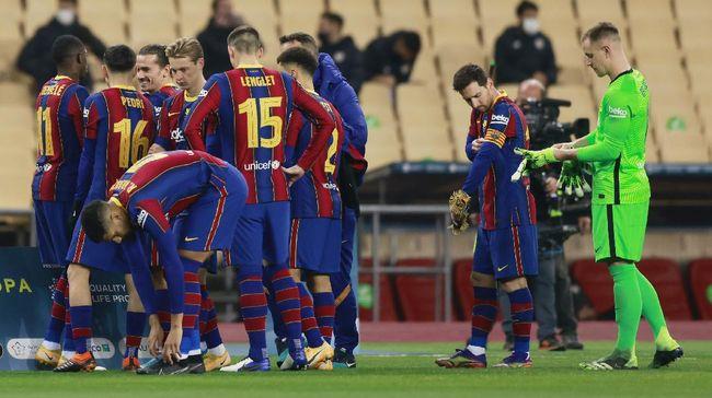 Legenda Barcelona Carles Puyol memamerkan jersey spesial yang akan dipakai Lionel Messi dkk. saat bersua Real Madrid di El Clasico, 11 April mendatang.