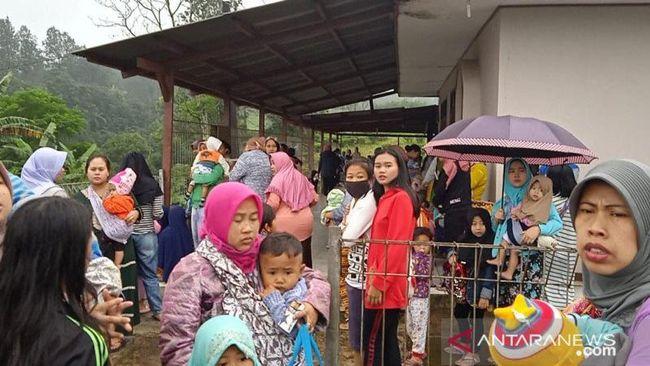 Sebanyak 474 warga berhasil dievakuasi dari terjangan banjir bandang di Desa Tugu Selatan, Puncak, Bogor, Selasa (19/1) pagi.