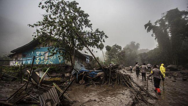 Banjir bandang Puncak Bogor yang terjadi Selasa (19/1) menyebabkan ratusan orang mengungsi dan tiga unit rumah rusak berat.