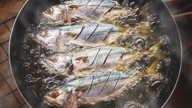 Agar kulit tangan tetap aman dan dapur bebas dari noda cipratan minyak, berikut cara menggoreng ikan agar tidak kecipratan minyak panas.