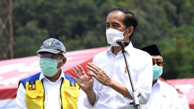 Vaksinasi dilakukan di Istana Merdeka, Jakarta, pagi hari lalu pelantikan kapolri diselenggarakan di Istana Negara.