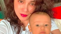 <p>Saka bersama ibunda. Bagi Ussy Sulistiawaty, kelahiran Saka di 2020 membawa kebahagiaan tersendiri untuk dirinya dan keluarga. (Foto: Instagram @ussypratama)</p>