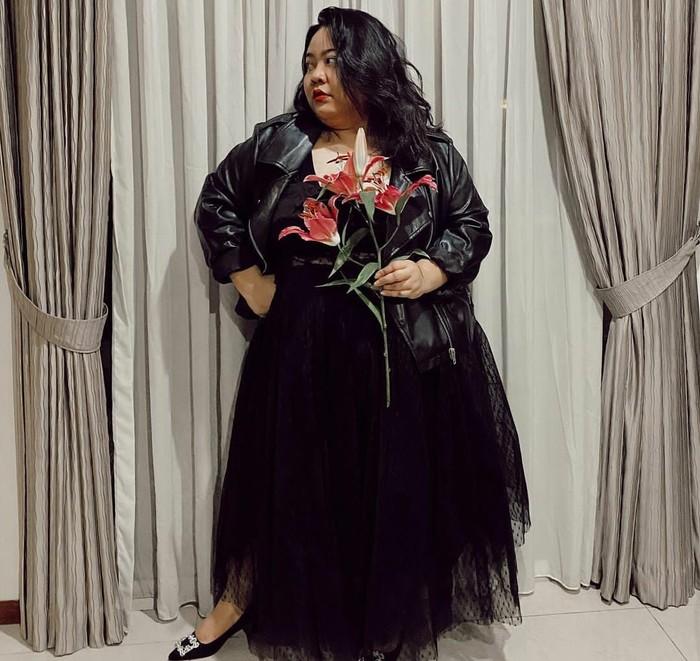 Komika dan penyiar asal Medan yang satu ini selalu percaya diri dengan apa yang dikenakannya. Gita seringkali memakai dress selutut bersama sepatu sneakers yang memberinya tampilan casual feminine. Kali ini Gita tampak elegan dengan tule dress hitam yang dipadu dengan jaket kulit hitam. untuk sepatunya ia memilih kitten heels hitam. Wah, jadi bak rocker, ya. (Foto: Instagram/gita_bhebhita)