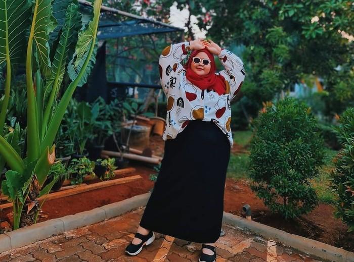 Intan Kemala Sari menjadi role model bagi para perempuan berhijab yang memiliki tubuh besar. Pada foto, Intan membantahkan sugesti bahwa perempuan bertubuh besar bisa pakai rok span. Bahkan, kemeja bercorak dan pashmina merahnya tampak serasi secara keseluruhan. Tips foto OOTD untuk yang bertubuh plus size dari Intan adalah ambilah frame dari jarak jauh agar menciptakan tubuh yang terlihat lebih kecil. (Foto: Instagram/kemalasari)
