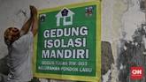 Masyarakat berswadaya mendukung gedung karang taruna di Jalan Bango III, Pondok Labu, Jaksel sebagai tempat isolasi mandiri bagi penduduk yang terpapar corona.