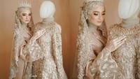 <p>Gaun bernuansa keemasan itu dihiasi payet, lengkap dengan aksesoris berupa mahkota di kepala. (Foto: Instagram @ficellephoto)</p>