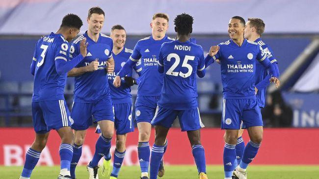 Leicester City menggusur Manchester United di puncak klasemen Liga Inggris usai meraih kemenangan atas Chelsea.