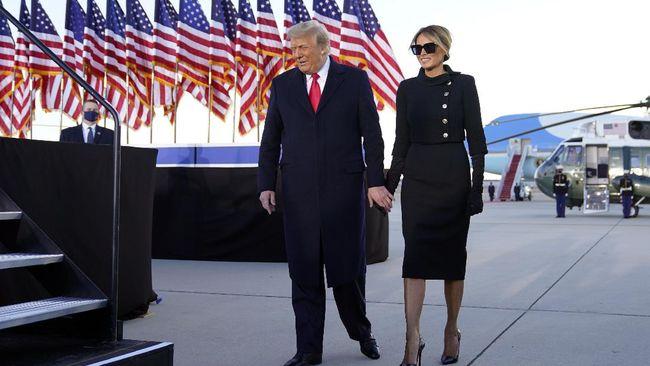 Di hari terakhirnya di Gedung Putih, Melania Trump terlihat memakai pakaian serba hitam dari kepala sampai kaki.