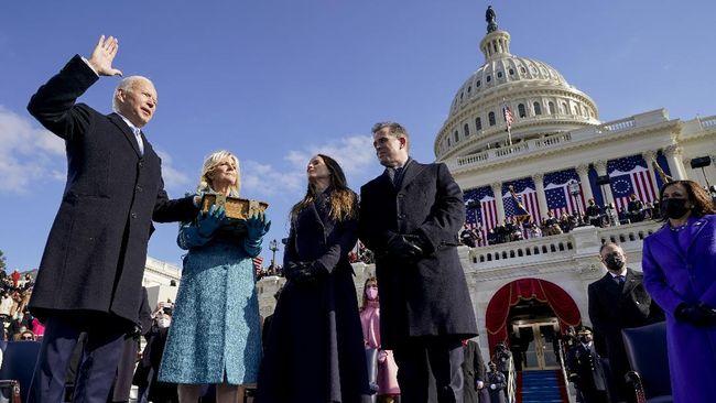 Joe Biden diambil sumpah menjadi presiden AS menggunakan Alkitab yang sama dengan yang ia gunakan saat dilantik sebagai wapres pada 2009 dan 2013.