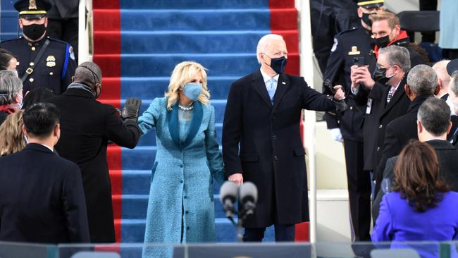 Joe Biden mulai bekerja di hari pertama menjabat sebagai Presiden Amerika Serikat. Ia menandatangani tiga dokumen dan melakukan ziarah ke makam pahlawan.