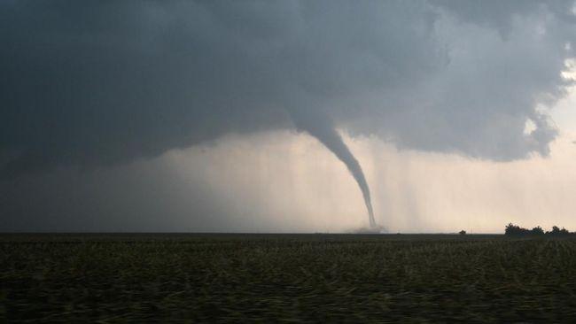 Fenomena pusaran angin di Waduk Gajah Mungkur, Wonogiri disebut bukan puting beliung, tapi Waterspout tornado.