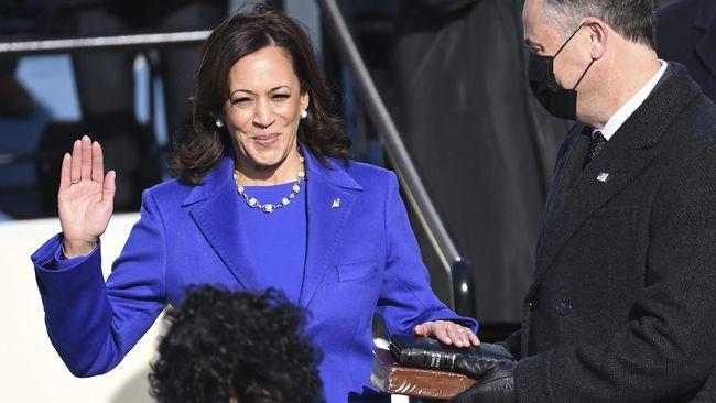 Bukan cuma pakaian ungu yang jadi simbol penuh pesan dari Kamala Harris, tapi juga kalung mutiara yang dipakainya.