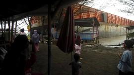 FOTO: Kapal Tongkang Terdampar di Tegal