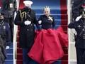 Gaun Merah dan Bros Merpati Emas, Simbol Perdamaian Lady Gaga