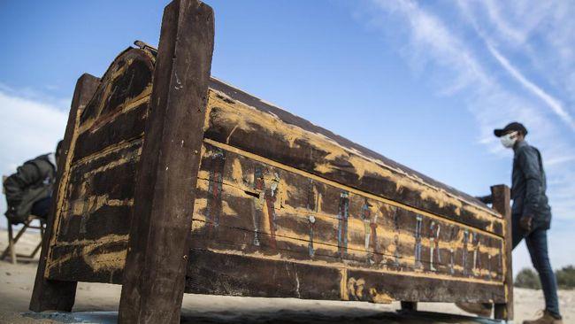 Para arkeolog di Mesir menemukan rangkaian naskah kuno dalam gulungan papirus berusia sekitar 3.000 tahun di areal penggalian situs pemakaman Saqqara.