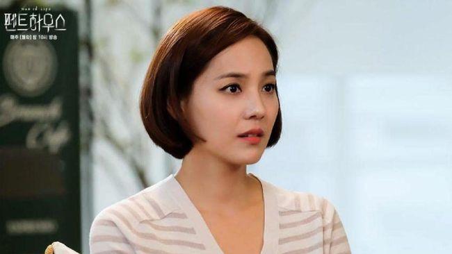 Sinopsis The Penthouse episode 20 mengisahkan bagaimana Su-ryeon menyandra Ro-na, dan Yoon-hee terjebak pada situasi dilematis.