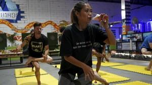 FOTO : Memadukan Nikmatnya Bir dan Sehatnya Yoga di Kamboja