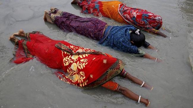 Foto-foto pilihan CNNIndonesia.com pekan ini menghadirkan lansia 106 tahun yang divaksin corona hingga pembaptisan di Etiopia.